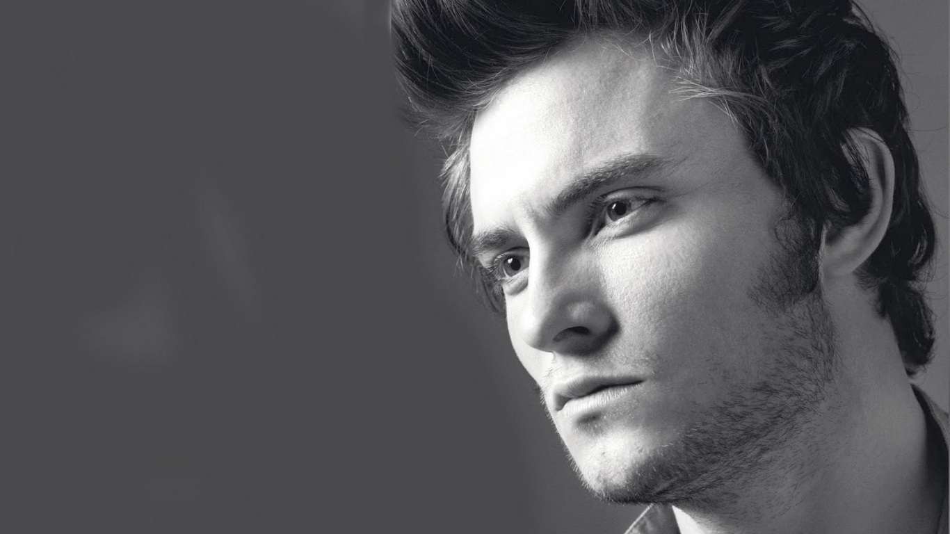 shiloh_fernandez_actor_celebrity_black_white_beard_portrait_35050_1366x768